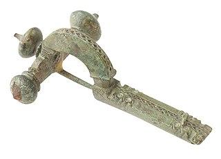 Drieknoppenfibula in brons