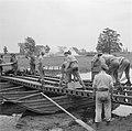 Een militaire oefening Een rivier moet worden overgestoken Een pontonbrug wor…, Bestanddeelnr 255-9538.jpg