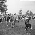 Eerste Bosdag, volksdansen voor de kinderen, Bestanddeelnr 918-0383.jpg