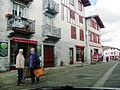 Espelette - rue avec maison en pierre de taille et maisons en colombages.JPG