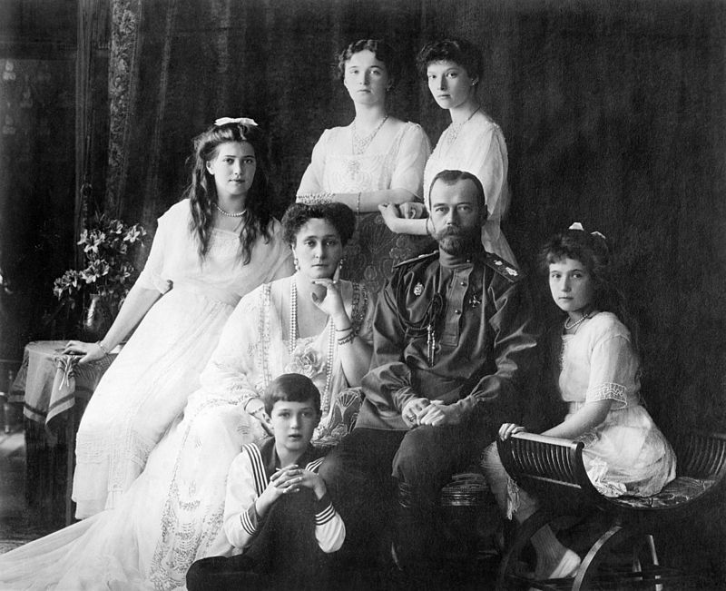https://upload.wikimedia.org/wikipedia/commons/thumb/8/8e/Family_Nicholas_II_of_Russia_ca._1914.jpg/800px-Family_Nicholas_II_of_Russia_ca._1914.jpg