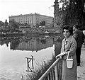Feneketlen-tó, háttérben a Villányi út, a Szent Imre-templom és a József Attila (ma Budai Ciszterci Szent Imre) Gimnázium. Fortepan 22563.jpg