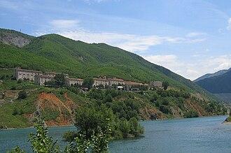 Fierzë, Tropojë - Settlement of Fierzë, on the Tropojë side, with the dam at right