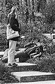 Floriade. Jongen op de grondliggend maakt foto van bloem, Bestanddeelnr 932-1176.jpg