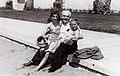 Francisco Salamone con sus hijas en la rambla marplatense.jpg