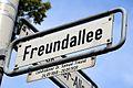 Freundallee, Hannover, Straßenschild mit Legendentafel Landrabbiner Dr. Samuel Freund 24.09.1868 - 28.09.1939.jpg