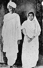 Gandhi et Kasturba en janvier 1915 après leur retour en Inde.