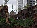 Gdańsk - ruiny na Ołowiance w głębi Kościół Św. Barbary - panoramio.jpg