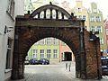 Gdańsk brama cmentarza przy kościele Mariackim.JPG