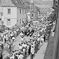 Gezicht op de stoet in de straten van Kröv, Bestanddeelnr 254-3874.jpg