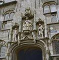 Gistpoort- beelden boven de poortdoorgang, het middelste beeld stelt voor Rooms koning Willem II - Middelburg - 20299040 - RCE.jpg