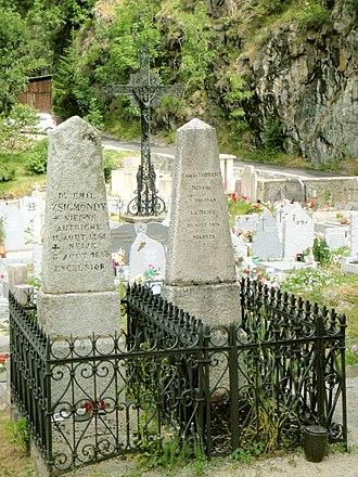 Emil Zsigmondy - Zsigmondy's grave (left) in the cemetery of Saint-Christophe-en-Oisans.