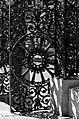 Grille en fer forgé sur le parvis Basilique-cathédrale Notre-Dame de Québec.jpg