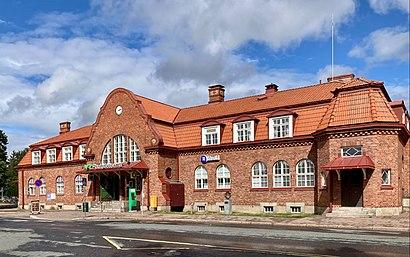 Kuinka päästä määränpäähän Hämeenlinnan Rautatieasema käyttäen julkista liikennettä - Lisätietoa paikasta