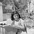 Jemenitisch weesmeisje in een schoolbank, Bestanddeelnr 255-0456.jpg