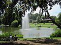Jet d'eau et lac du parc de l'Orangerie à Strasbourg.jpg