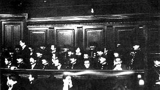 Fotografía del juicio a los miembros sobrevivientes en febrero de 1913.