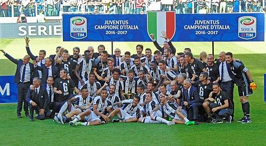 70a3a1d5fa2f00 La Juventus della stagione 2016-2017 festeggia il suo 33º scudetto, il 6º  consecutivo