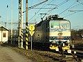 Karlštejn, vlak vyjíždějící z nádraží.JPG