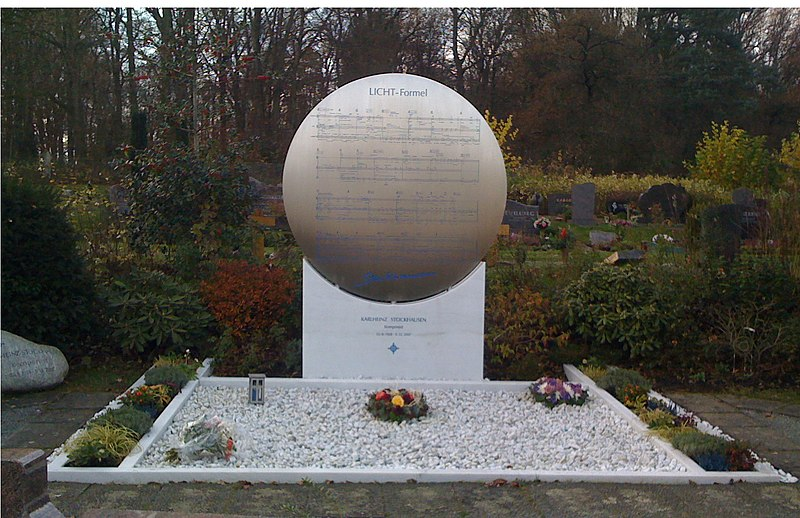 Karlheinz Stockhausens Grab Vorderseite.jpg