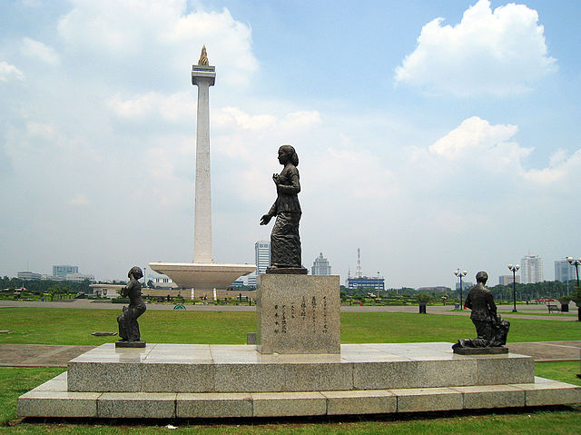https://upload.wikimedia.org/wikipedia/commons/thumb/8/8e/Kartini_Statue%2C_Merdeka_Square.JPG/640px-Kartini_Statue%2C_Merdeka_Square.JPG