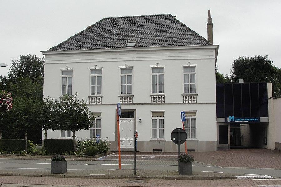 Burgerhuis van het dubbelhuistype met twee bouwlagen van vijf traveeën onder schilddak (nok parallel aan de straat, Vlaamse pannen), uit de tweede helft van de 19de eeuw.