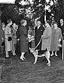 Koningin Juliana in gesprek met , Bestanddeelnr 911-6207.jpg