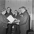 Koningin Juliana krijgt grammofoonplaat, gemaakt bij huwelijk prinses Beatrix , , Bestanddeelnr 918-9401.jpg