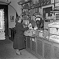 Kruidenierszaak Don te Maassluis, 1 jaar na de overstroming Watersnood 1953, Bestanddeelnr 906-2694.jpg