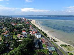 Blick vom Marineehrenmal Richtung Westen. Im Vordergrund befindet sich Laboe, auf der anderen Seite der Kieler Förde ist Kiel-Friedrichsort.
