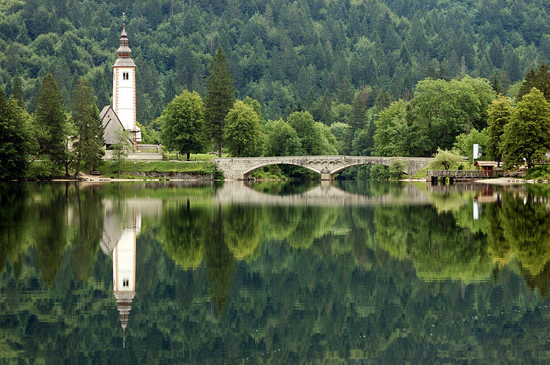 Plik:Lake Bohinj with a church.jpg