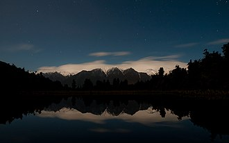 Lake Matheson - Image: Lake Matheson (New Zealand) at night
