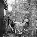 Lanceerinstallatie van Duitse V-1 raketten bij Almelo (Paradijsbos). Man met twe, Bestanddeelnr 900-2489.jpg