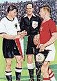 Les deux capitaines de la finale de Coupe du monde de football 1954 (G. Walter, D. Puskas, arbitre Orlandini).jpg