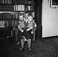 Lis Groes met twee van haar kinderen, vermoedelijk Thyge en Eske, op schoot, Bestanddeelnr 252-8997.jpg