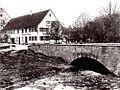 Lustnau bei Tübingen, Gasthaus zum Hirsch mit der alten Adlerbrücke um 1905 (Vereinsarchiv des Lustnauer Geschichtsvereins).jpg