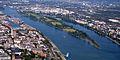 Mainz Luftbild Rhein Petersaue li Mainz Zollhafen re Amöneburg Biebrich.jpg