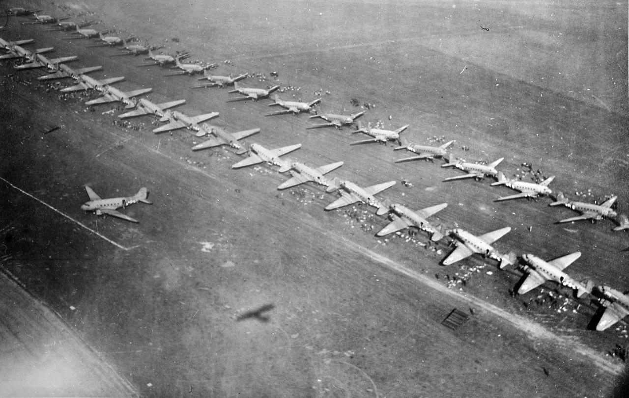 1280px-Market-Garden_-_C-47_transport_planes.jpg