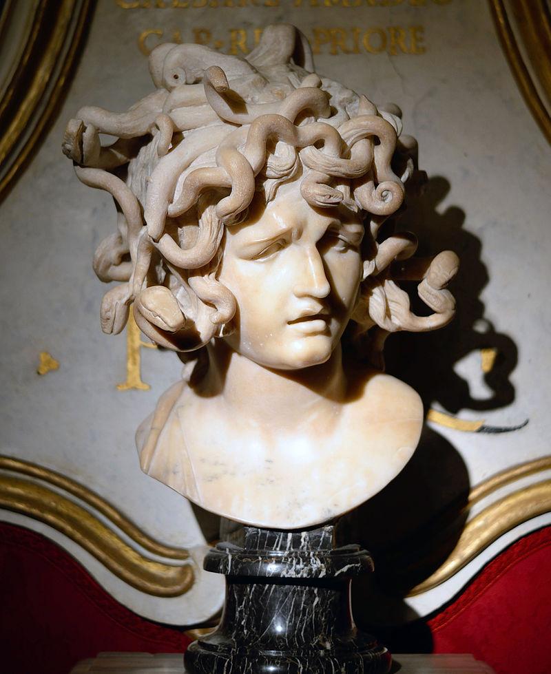 Buste d'une belle jeune femme dont la tête légèrement inclinée est couverte d'un très important entrelacs de serpents.