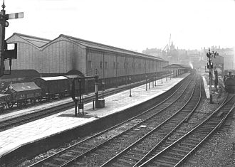 Birmingham Moor Street railway station - Moor Street station in 1915, from end of the platform, looking back towards the city centre, with the goods shed to the left.