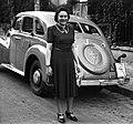 Nő áll egy Opel Kapitän típusú személygépkocsi előtt. Fortepan 16897.jpg
