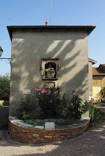 Niche abritant une Pietà à Burgy, Saône-et-Loire