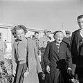 Nieuw aangekomen emigranten (oliem) - grootmoeder en kleindochter - in het doorg, Bestanddeelnr 255-1168.jpg