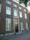 foto van Statig herenhuis, hoge gevel met rechte kroonlijst, versierde middenpartij