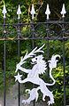 Obergutstraße 2 in Eldagsen, Region Hannover, Wappen-Löwe der Familie von Wedemeyer am schmiedeeisernen Zaun.jpg