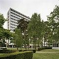 Overzicht van het Tjalling C. Koopmansgebouw, de voorgevel met de hoofdingang - Tilburg - 20389441 - RCE.jpg