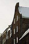 foto van Pakhuis met herstelde puntgevel