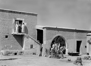 Panajiotis hus, på trappan. Idalion - SMVK - C00881.tif