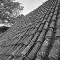 Pannendak, bestaande uit holle en bolle dakpannen, tijdens restauratiewerkzaamheden - Bornwird - 20329559 - RCE.jpg