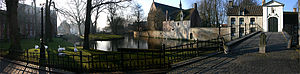 Ten Wijngaerde (Begijnhof Brugge) - Panoramic view over the outside of the beguinage in the twilight; on the foreground the Wijngaard square with its swans can be seen, and in the far distance the Minnewaterpark